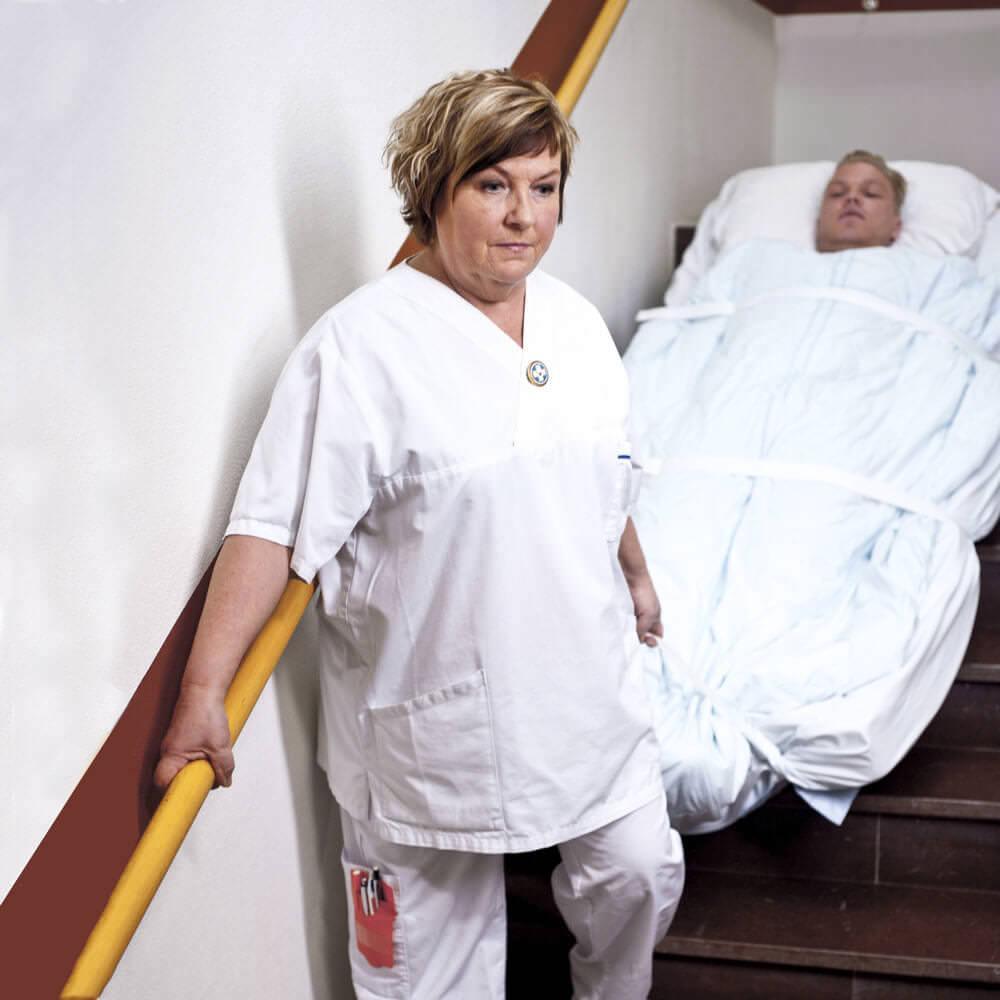 סדין מילוט אחות בבית חולים מורידה חולה במדרגות בעזרת הסדין