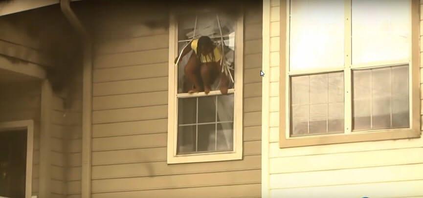 נערה קופצת מהחלון בעת שריפה בהעדר סולם מילוט נייד
