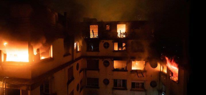 שריפה בבניין רב קומות פרצה בפריז